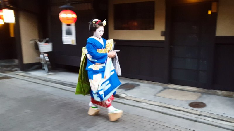 kyoto gion maiko walking to work